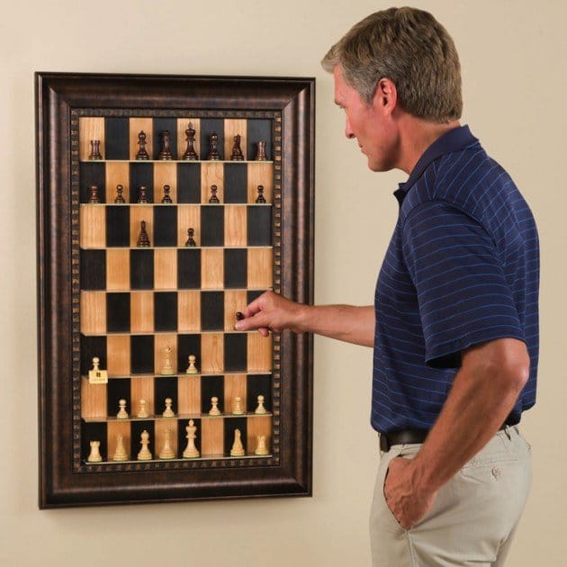 لعبه الشطرنج معلقه على الحائط ومزينه بإطار صورة قديم